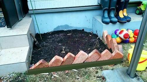 自作でレンガ花壇を作る