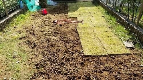 芝生を植える前の準備土を耕す