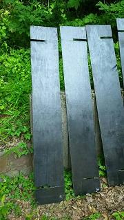ブルーシートプールの板に切り込みを入れる