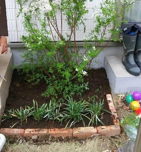 レンガで花壇を並べるだけで作ってみた